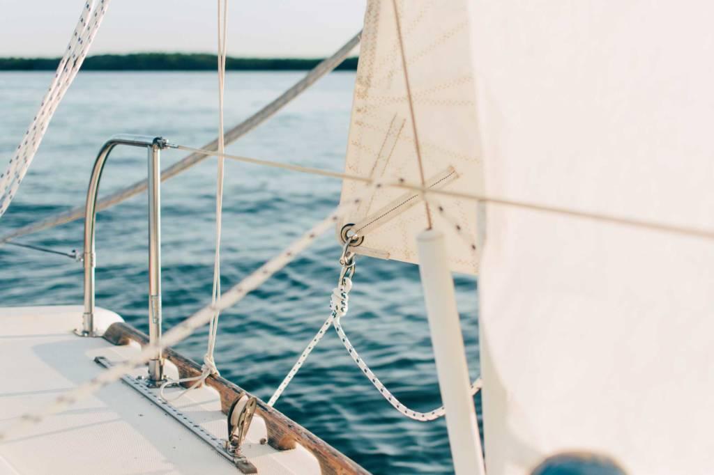 Navigation d'un voilier en arrière saison