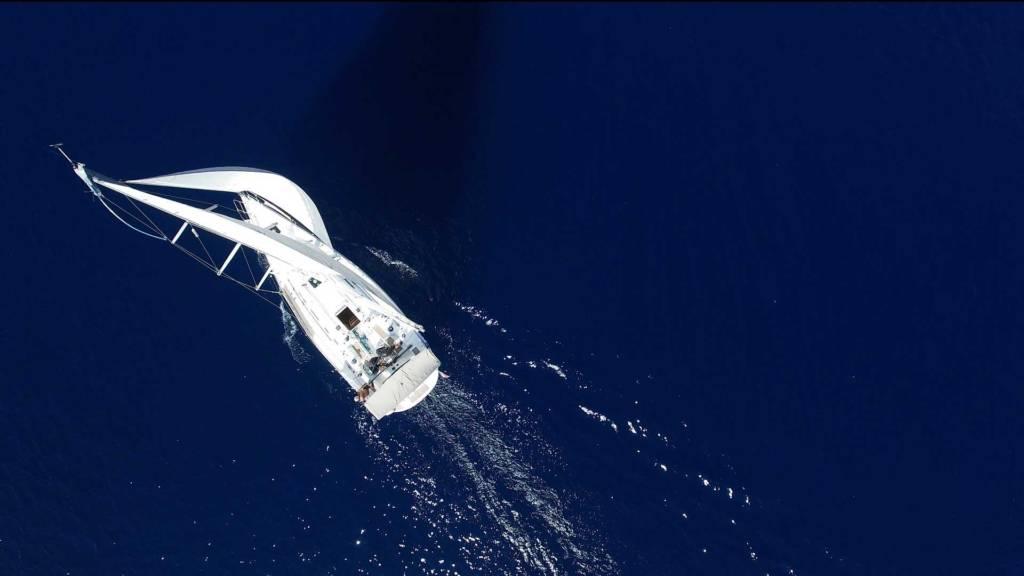 Navigation d'un voilier seul en arrière saison